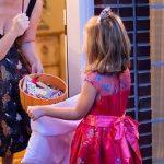 Czy pozwolić dzieciom pukać do drzwi obcych w Halloween?