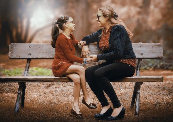 Czy powinniśmy negocjować z dziećmi? - Komunikacja z dziećmi bywa wyzwaniem, o czym wie chyba każdy rodzic. Rodzinnie stawiamy czoła buntom dwulatka czy trzylatka, różnym trudnościom dnia codziennego związanym np. ze zmotywowaniem dzieci do nauki, czy ich uczestnictwem w domowych obowiązkach.